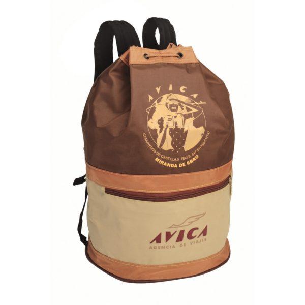 Petate que puede usarse como mochila con bolsillo exterior.